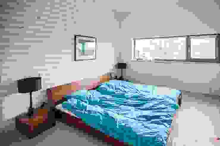 Sypialnia Minimalistyczna sypialnia od Atelier Słowiński Minimalistyczny