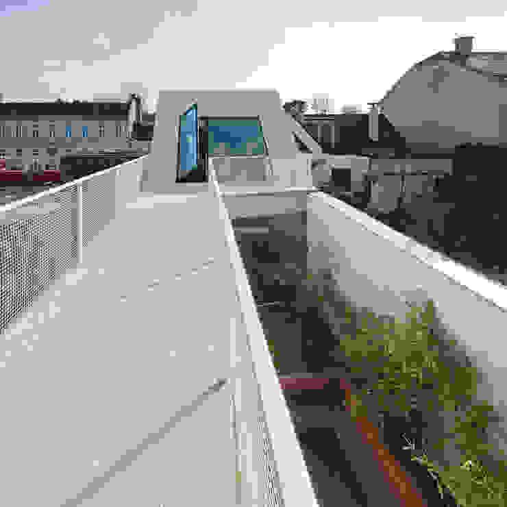 Eklektyczny balkon, taras i weranda od Caramel architekten Eklektyczny