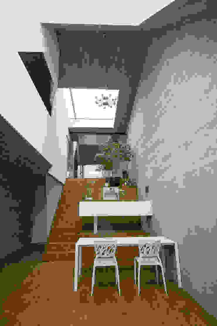 Caramel architekten Cocinas de estilo ecléctico