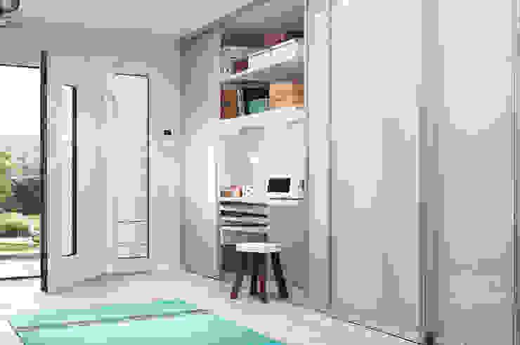 Corredores, halls e escadas escandinavos por Elfa Deutschland GmbH Escandinavo
