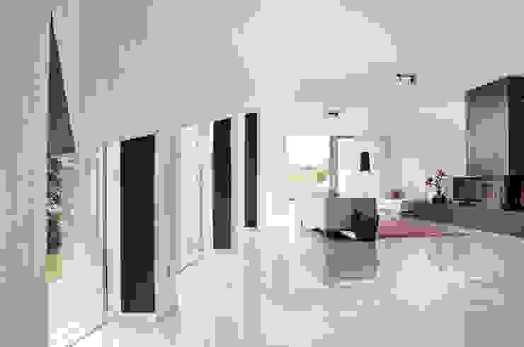 zwarte muren framen het uitzicht naar buiten Moderne woonkamers van IJzersterk interieurontwerp Modern