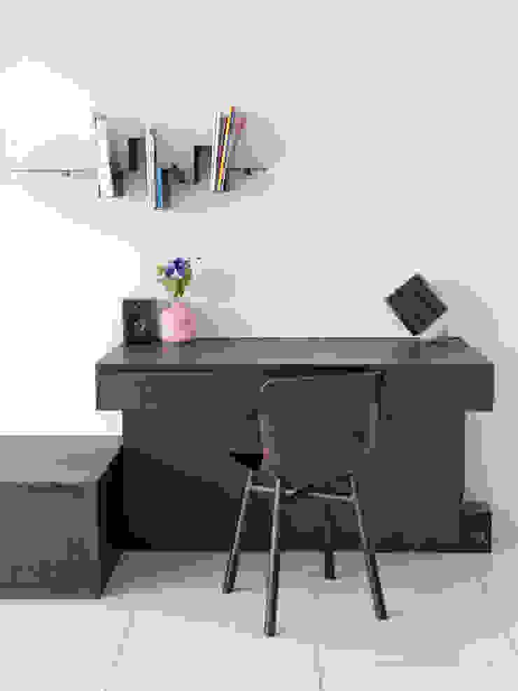 werkplek in de huiskamer Moderne woonkamers van IJzersterk interieurontwerp Modern