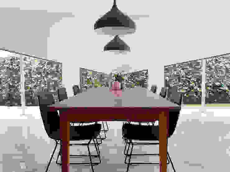 eettafel met asymmetrische raampartij Moderne woonkamers van IJzersterk interieurontwerp Modern