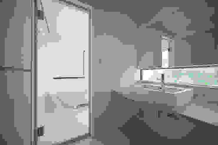 Modern bathroom by AIDAHO Inc. Modern