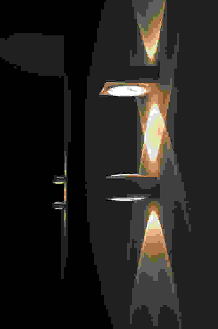 lichteffecten op de muur Moderne gangen, hallen & trappenhuizen van IJzersterk interieurontwerp Modern