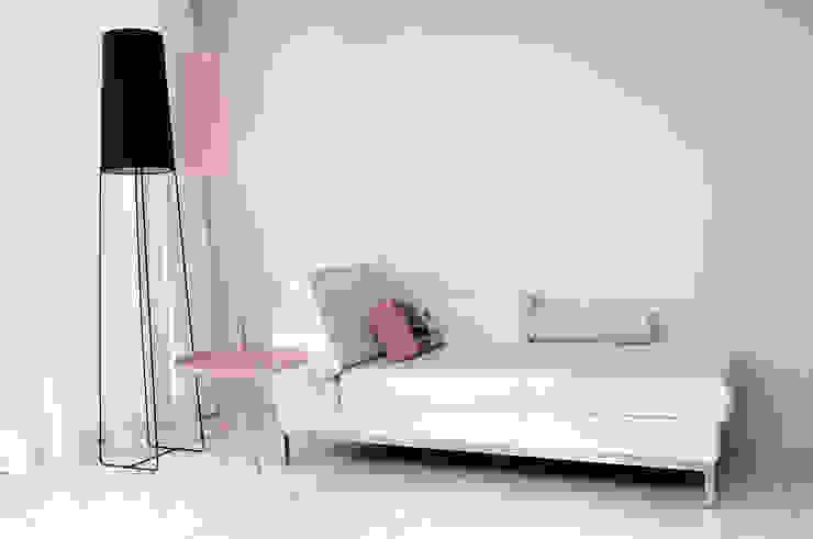 loungeplek in de huiskamer:  Woonkamer door IJzersterk interieurontwerp