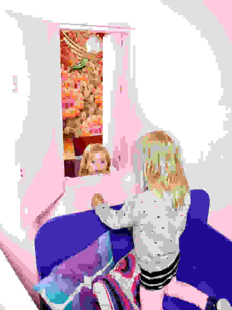 doorkijkje via luikje in meisjeskamers Moderne kinderkamers van IJzersterk interieurontwerp Modern