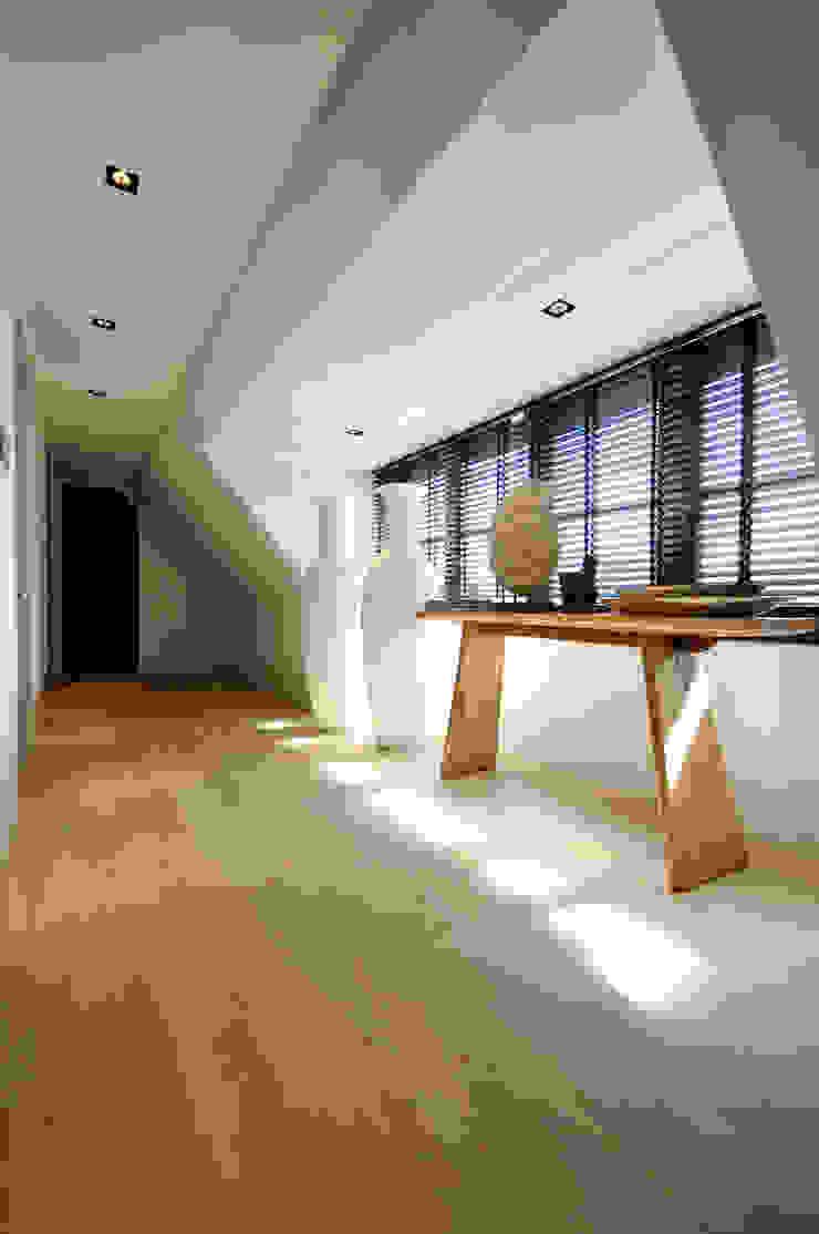 Gang op de verdieping - modern landhuis te Vinkeveen Moderne gangen, hallen & trappenhuizen van Building Design Architectuur Modern