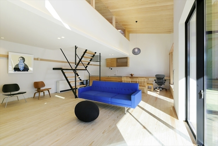 Yakisugi House: 長谷川拓也建築デザインが手掛けたリビングです。,和風