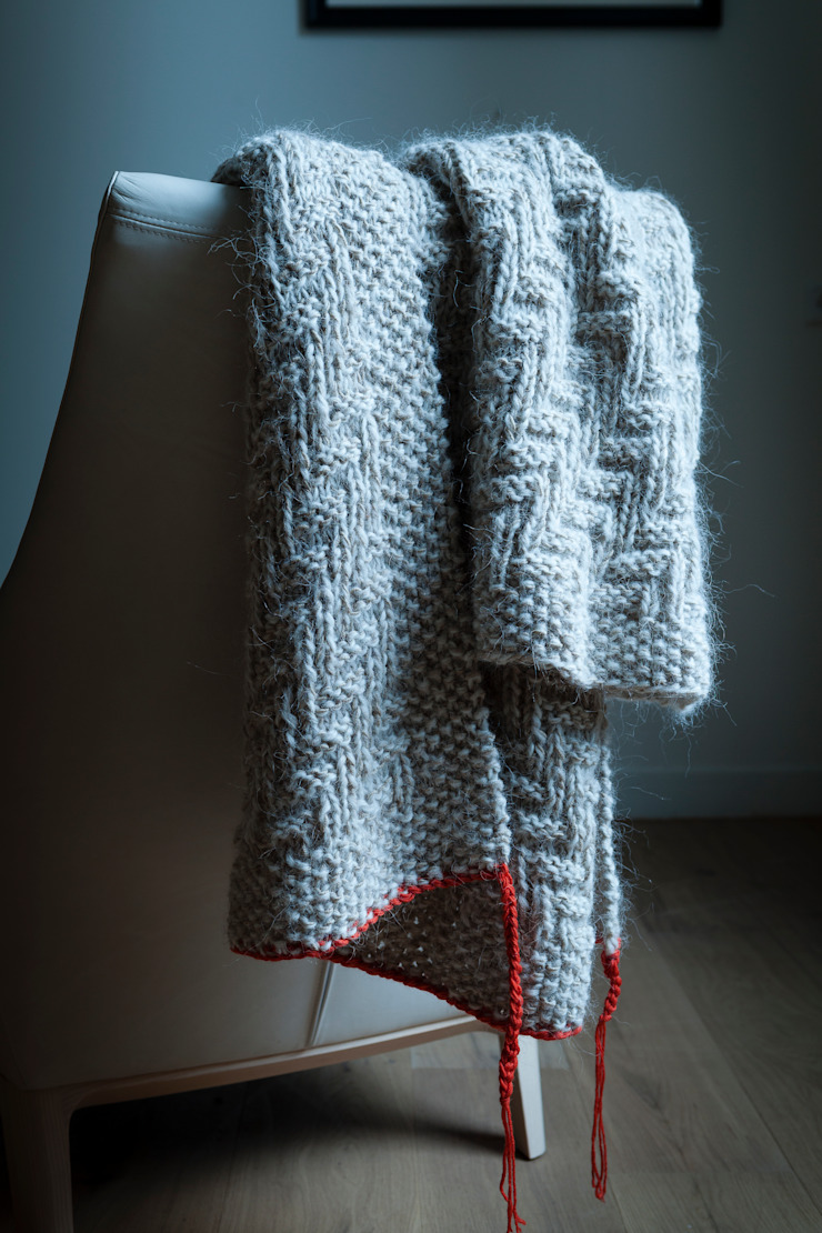 Handen Knitted Blanket by Linteloo Lab por LINTELOO Moderno