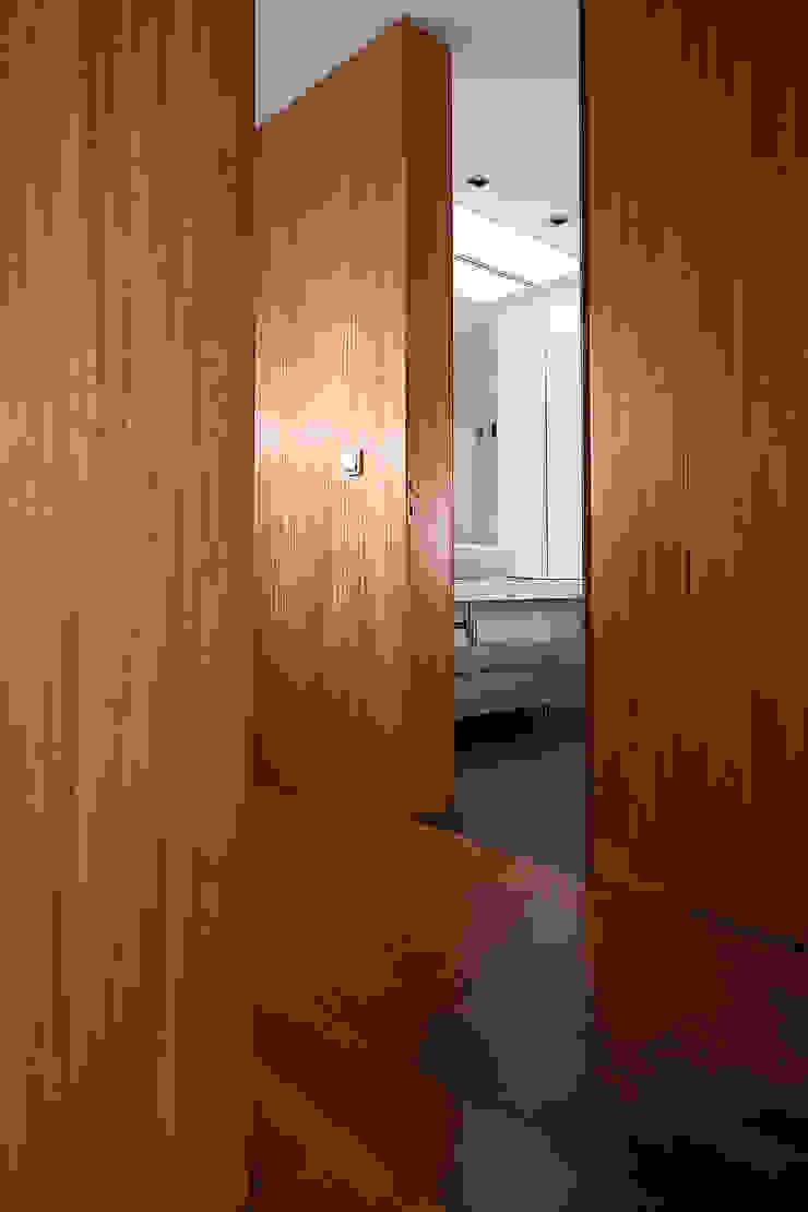 Minimalist corridor, hallway & stairs by Albertina Oliveira-Arquitetura Unipessoal Lda Minimalist