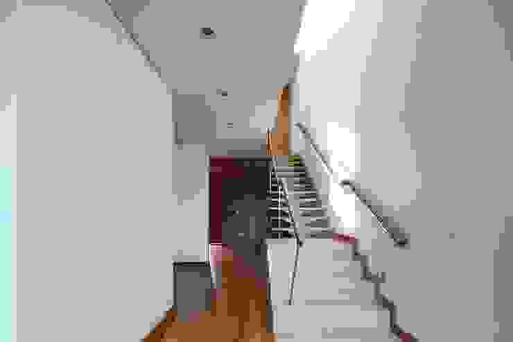 Minimalistische gangen, hallen & trappenhuizen van Albertina Oliveira-Arquitetura Unipessoal Lda Minimalistisch