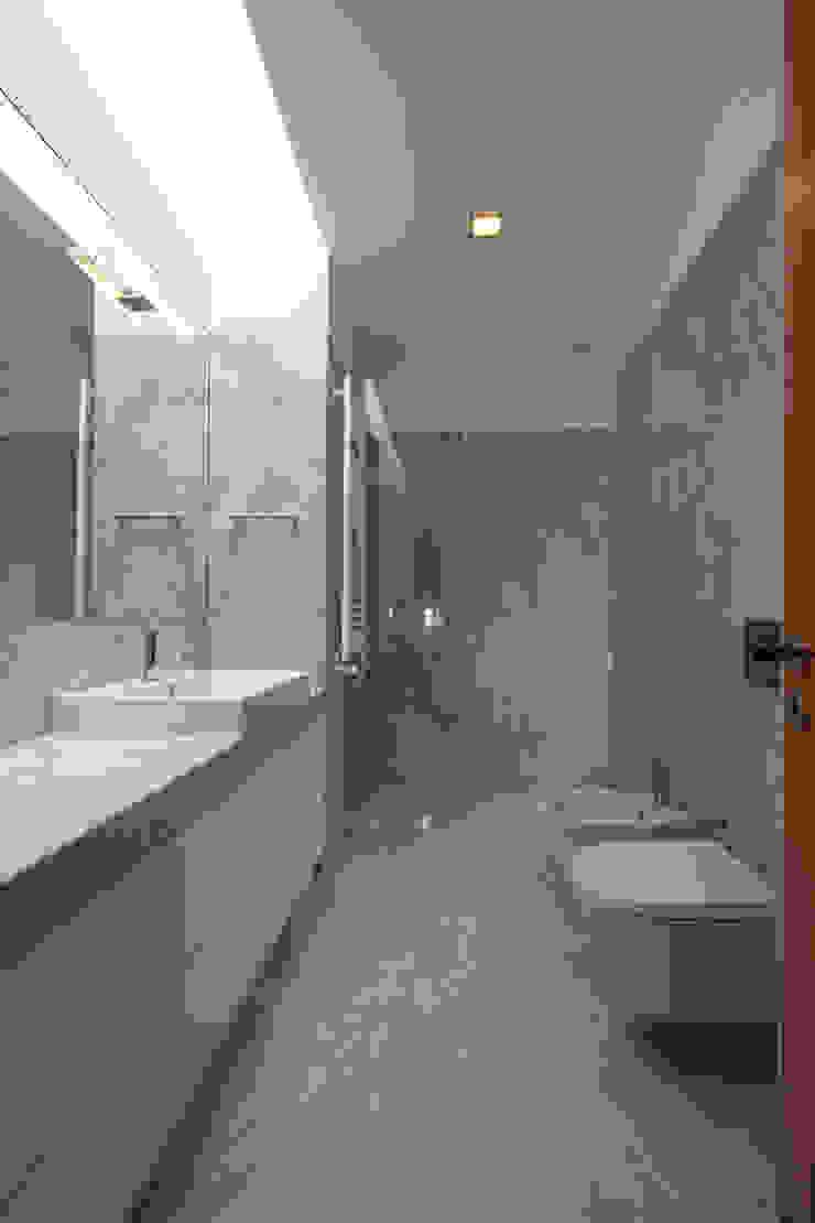 Casa PL Casas de banho modernas por Atelier Lopes da Costa Moderno