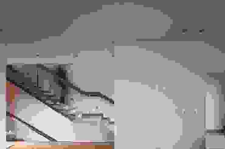 Moradia Unifamiliar Rua Geraldo Kimpell – Valbom Gondomar Corredores, halls e escadas minimalistas por Albertina Oliveira-Arquitetura Unipessoal Lda Minimalista