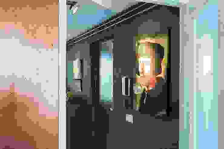 IJzersterk interieurontwerp Eklektyczny korytarz, przedpokój i schody