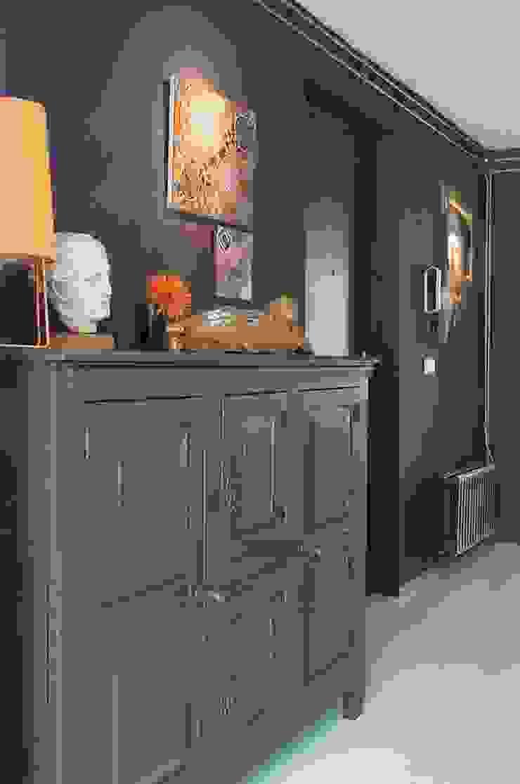 Eclectic style corridor, hallway & stairs by IJzersterk interieurontwerp Eclectic