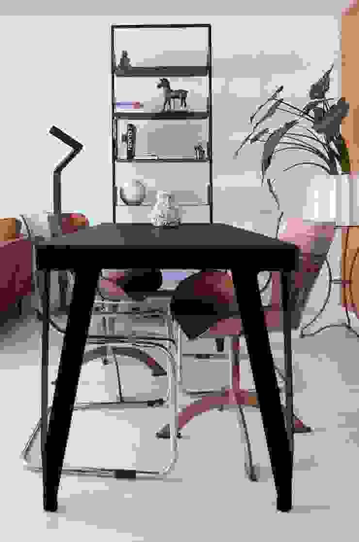 Modern living room by IJzersterk interieurontwerp Modern