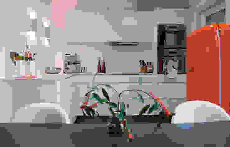 Witte keuken met oranje accent:  Keuken door IJzersterk interieurontwerp,