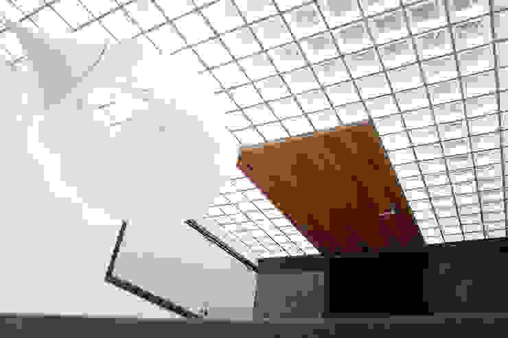 Villa Vught Moderne gangen, hallen & trappenhuizen van Doreth Eijkens | Interieur Architectuur Modern