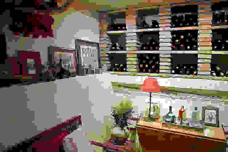 La cultura del txoko tradicional. Bodegas de vino de estilo rústico de Urbana Interiorismo Rústico