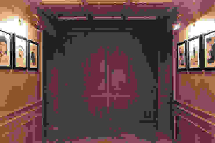 Modern corridor, hallway & stairs by Francesca Bonorandi Modern