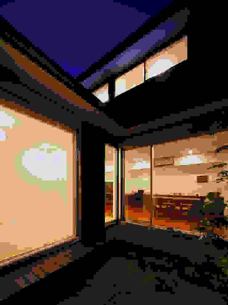 光庭 夕景 一級建築士事務所アトリエm モダンな庭 黒色