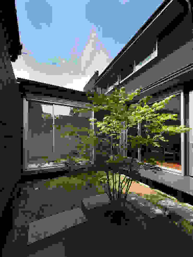 光庭 一級建築士事務所アトリエm モダンな庭 黒色