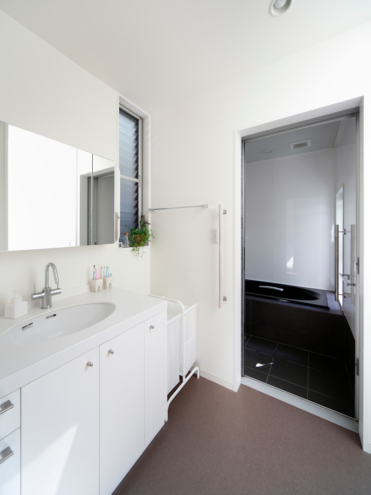 oriono no ie 一級建築士事務所アトリエm Modern bathroom Ceramic White