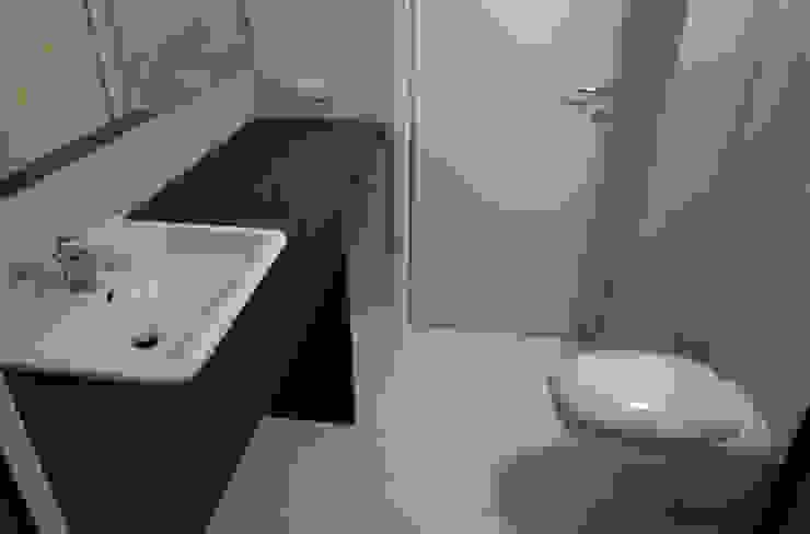 Vista bagno Bagno moderno di A3 Studio Associato di Architettura e Ingegneria di Arch. Ing. Marco Bramati e Arch. Marco Paolo Galbiati Moderno