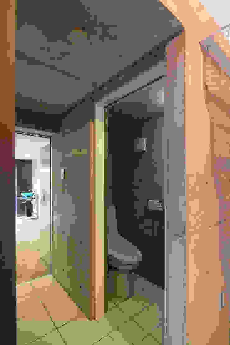 8.8坪の家 – スキップフロアの狭小住宅 – モダンスタイルの お風呂 の atelier m モダン