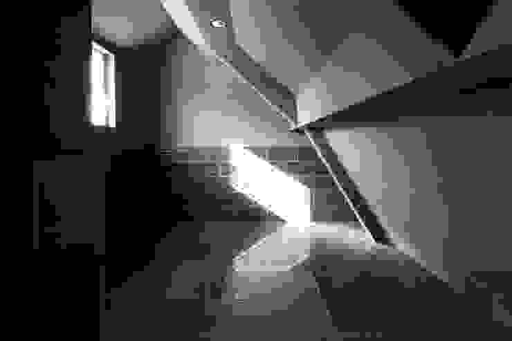 saikudani no ie Salas multimídia modernas por atelier m Moderno