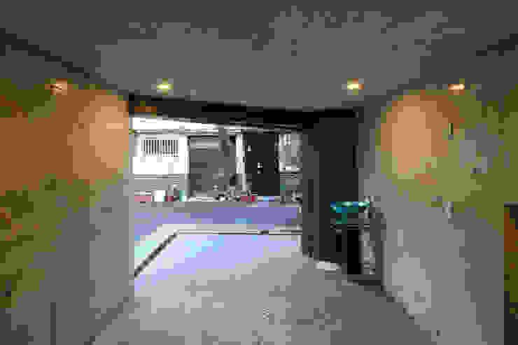 8.8坪の家 – スキップフロアの狭小住宅 – モダンデザインの ガレージ・物置 の atelier m モダン