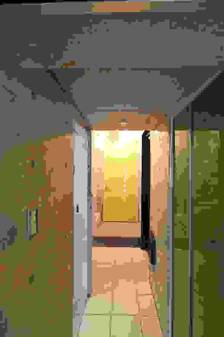 saikudani no ie Corredores, halls e escadas modernos por atelier m Moderno