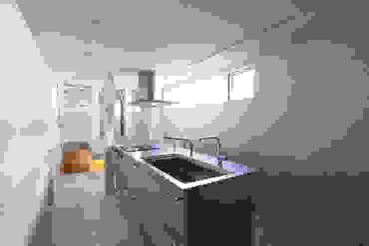 8.8坪の家 – スキップフロアの狭小住宅 – モダンな キッチン の atelier m モダン