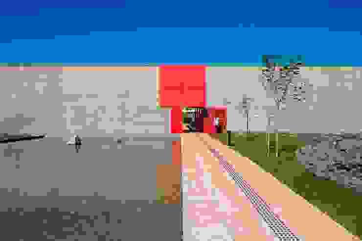 Paredes y pisos de estilo moderno de LoebCapote Arquitetura e Urbanismo Moderno