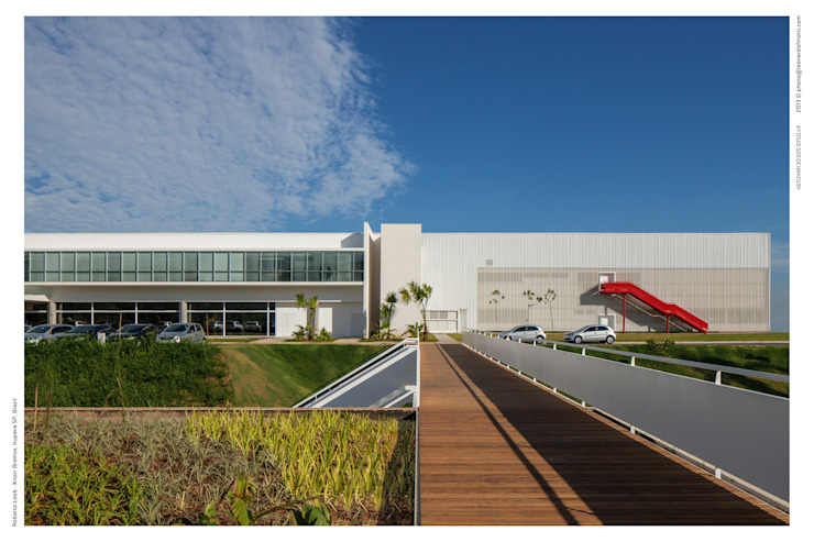Modern commercial spaces by LoebCapote Arquitetura e Urbanismo Modern