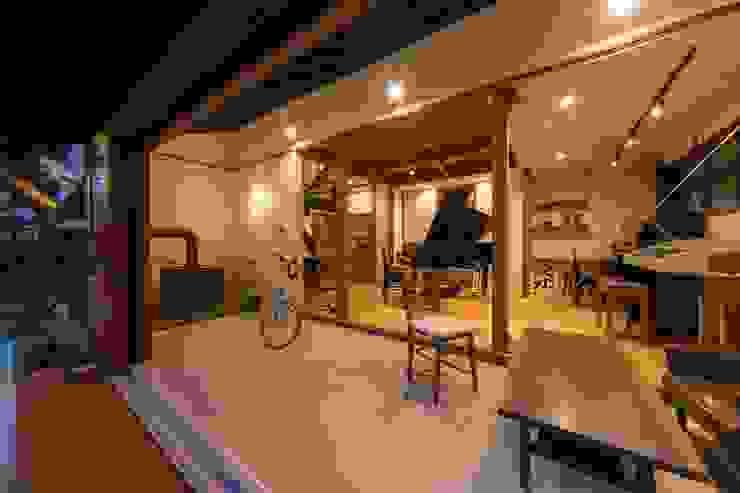 Salas multimedia de estilo  por エコリコデザイン一級建築士事務所