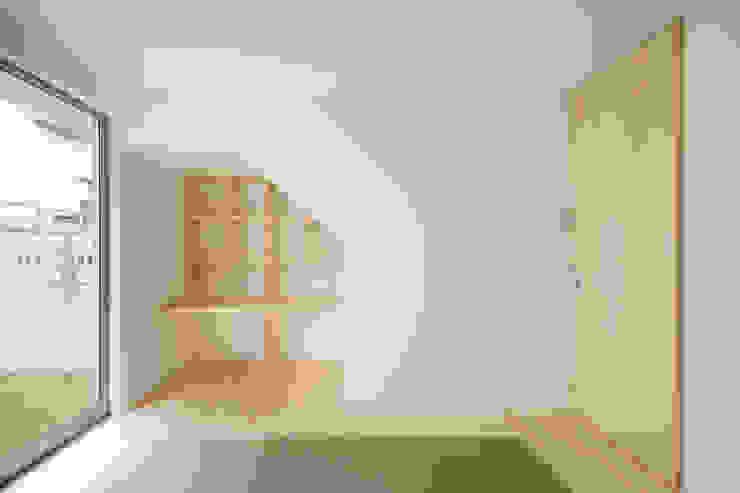 Dormitorios de estilo escandinavo de 井戸健治建築研究所 / Ido, Kenji Architectural Studio Escandinavo