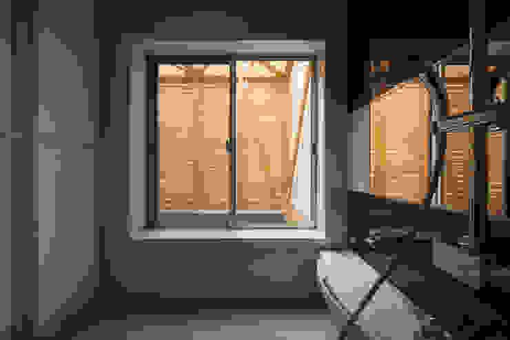 Baños de estilo escandinavo de 井戸健治建築研究所 / Ido, Kenji Architectural Studio Escandinavo