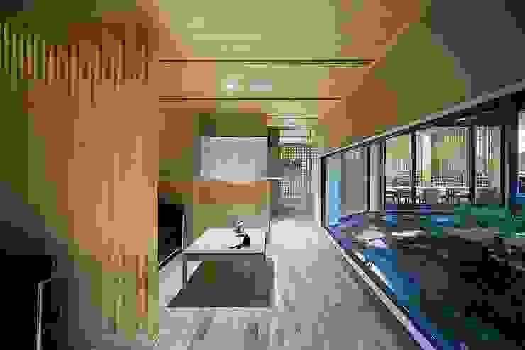 城崎温泉湯楽 Yuraku Kinosaki Spa & Gardens の 有限会社 ディー・アーキテクツ 和風 木 木目調