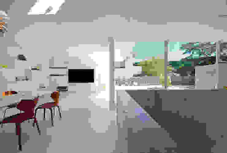 Living room by 株式会社ブレッツァ・アーキテクツ