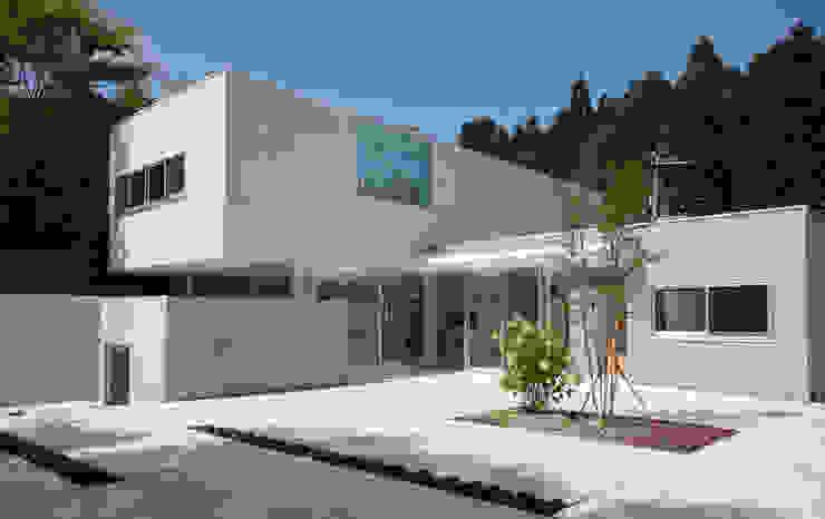 Casas de estilo moderno de 株式会社ブレッツァ・アーキテクツ Moderno