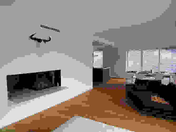 Skandynawski salon od Firmhofer + Günther Architekten Skandynawski