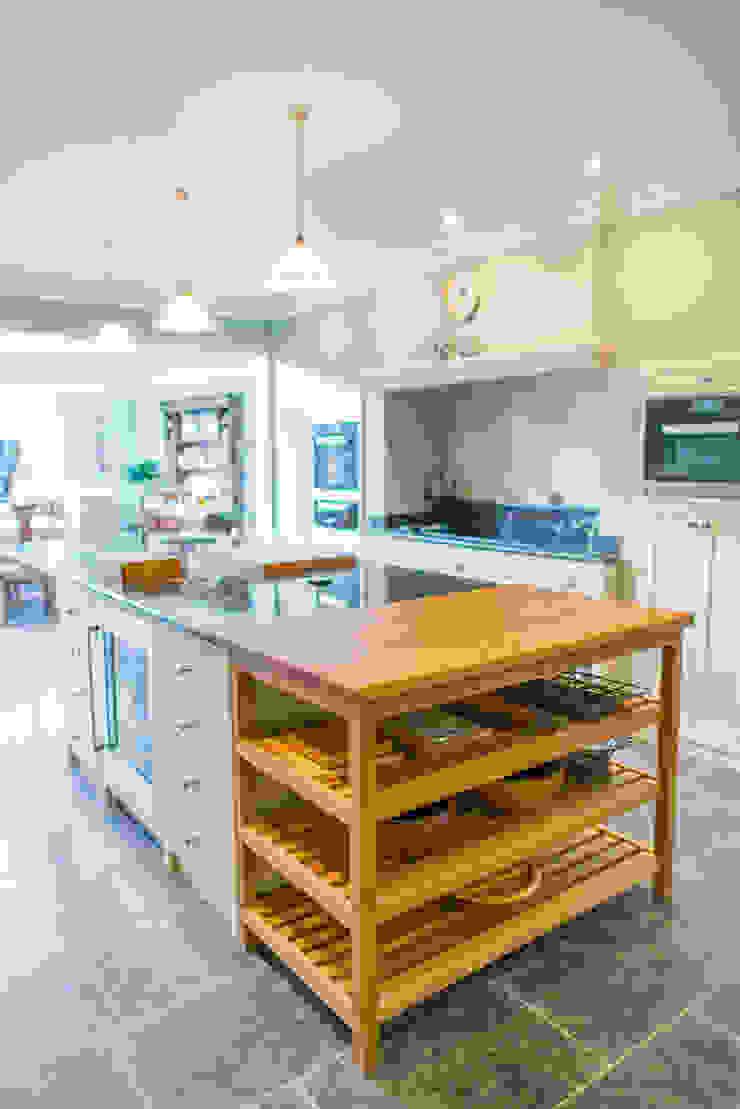 The Earlsfield Traditional Kitchen Cocinas de estilo clásico de NAKED Kitchens Clásico