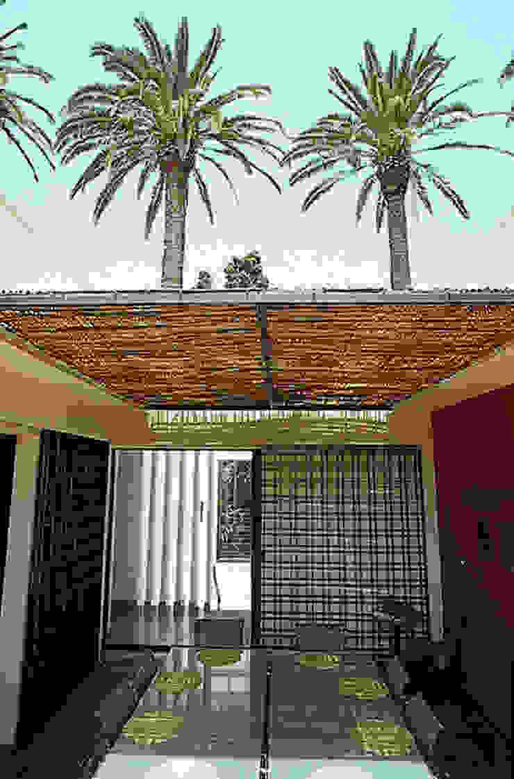 Patio ouvert sur la terrasse et salle à manger d'été par alia bengana architecte Méditerranéen