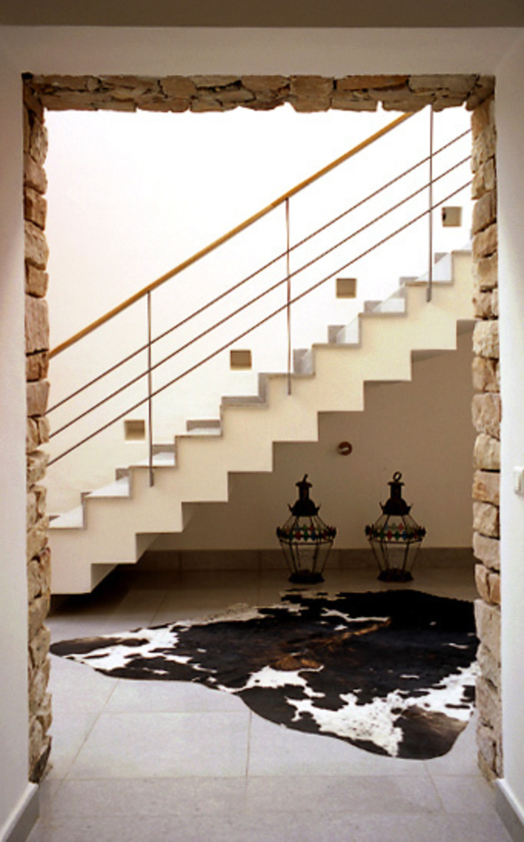 Escalier principal par alia bengana architecte Méditerranéen