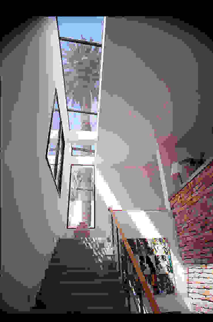 Escalier d'entrée dans l'axe d'un palmier par alia bengana architecte Méditerranéen