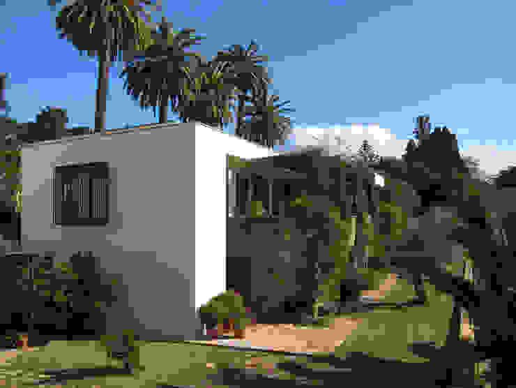 Vue Générale de la façade principale recouverte de végétation en 2012 par alia bengana architecte Méditerranéen