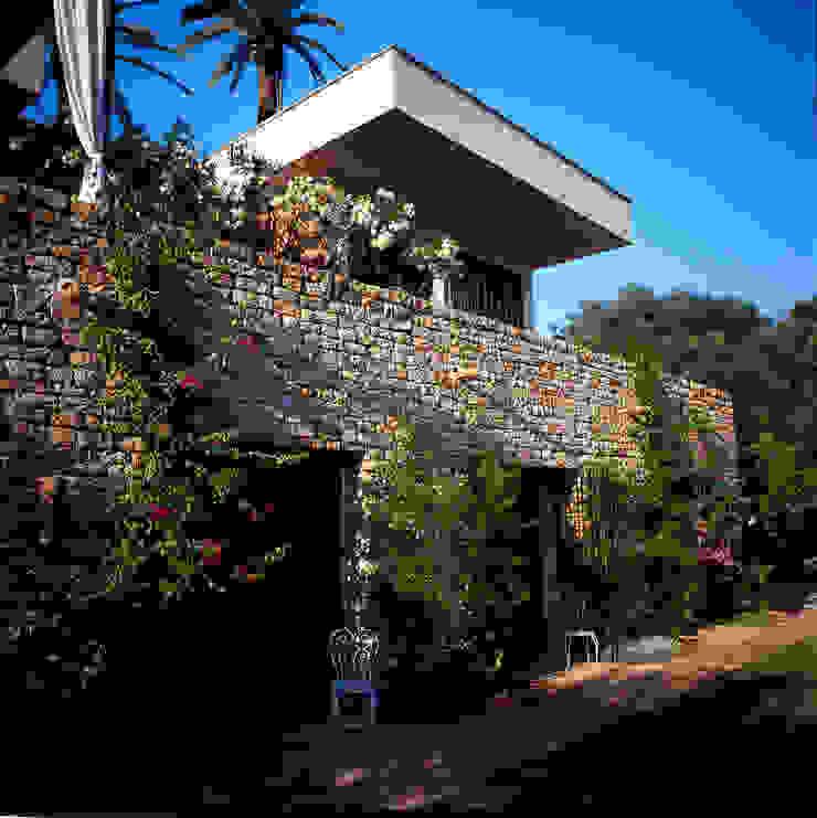 Mur en pièrre de kabylie, les chambres sont au rez-de -chaussée et donnent sur le jardin par alia bengana architecte Méditerranéen