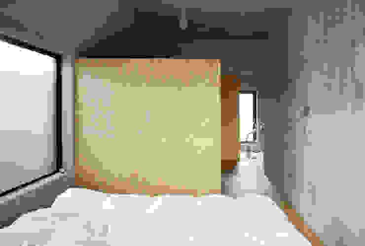 SUGAWAHOUSE ラスティックスタイルの 寝室 の 苅部 寛子建築設計事務所 /OFFICE OF KARIBE HIROKO ラスティック